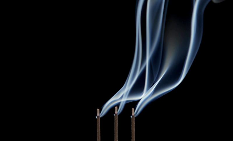 揺蕩う線香の煙